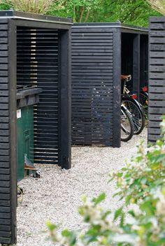 Skjul i trädgården är både snyggt och praktiskt — Almbacken Trädgårdsdesign Bike Storage, Shed Storage, Carport Storage, Secret Storage, Hidden Storage, Outdoor Storage, Storage Spaces, Garden Buildings, Garden Structures