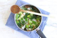 Wist je dat zelf bouillon maken helemaal niet zo moeilijk is. Het enige wat je, naast groenten en kruiden, nodig hebt is tijd.