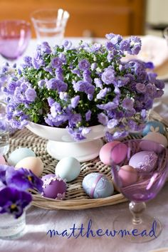 with Matthew Mead: Easter Dinner with Matthew Mead. Such a pretty spring table. Hoppy Easter, Easter Bunny, Easter Eggs, Easter Dinner, Easter Table, Table Violet, Diy Ostern, Easter Parade, Deco Floral