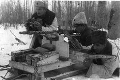 Партизаны с трофейным немецким пулеметом MG-34