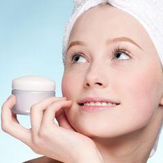 Augencreme auf die Lippen auftragen – die Haut ist in diesen Bereichen ähnlich und der aufpolsternde und hautstraffende Effekt macht sich auch auf den Lippen toll bemerkbar!