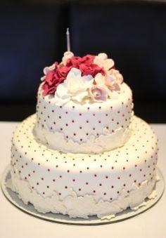 Decor, decoraçao, aniversario, birthday 80 anos, 80th birthday, rosa, pink, flowers, flores, borboletas, butterfly, lunch table, almoço, bolo, cake.