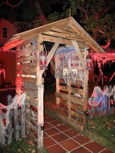 another pic of haunt entrance made out of pallets by HF member