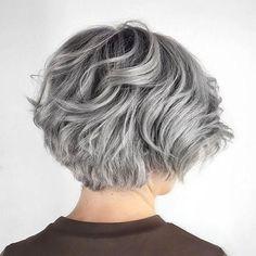 Layered Wavy Gray Bob - Beauty and Hair - Cheveux Grey Bob Hairstyles, Hairstyles Over 50, Cool Hairstyles, Layered Hairstyles, Pixie Haircuts, Medium Hairstyles, Hairstyle Short, Wedding Hairstyles, Hairstyles Haircuts