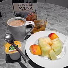 Desayuno: Fruta: melón y melocotón  Café con leche de almendras y copos de avena, un te verde y yogur de soja