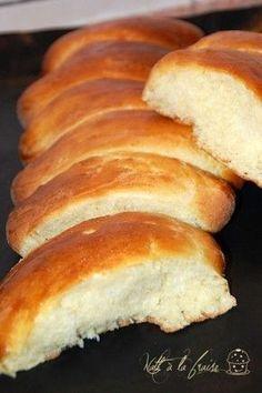 Recettes gourmandes des Boulangers d'Alsace, tome 2 Pour 8 petits pains : 250g de farine 1 sachet de levure boulangère, ou 10g de levure fraîche 5g de sel 50g de sucre 2 oeufs 40g de lait 60g de beurre 1 oeuf pour dorer - délayer la levure dans le lait...