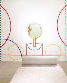 Un fauteuil façon bobsleigh. Un miroir en forme de raquette de tennis de table....