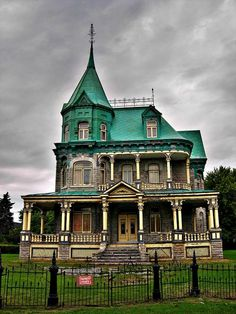 Abandoned old house in Quebec, sur l'Avenue Royale en direction de Ste-Anne de Beaupré,