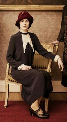 Michelle Dockery as Lady Mary Crawley in a power suit on Downton Abbey. Downton Abbey Costumes, Downton Abbey Fashion, Jeanne Paquin, Lady Mary Crawley, Julian Fellowes, Dowager Countess, Photo Souvenir, Vintage Outfits, Vintage Fashion