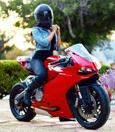 Ducati 899 Panigale. Biker Babes!