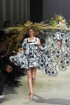 Summer ready with extreme straw hats. Everyone is always hating on flip-flops, but this season Viktor & Rolf brought them to the Haute Couture Paris runways. Haute Couture Paris, Couture Mode, Spring Couture, Style Couture, Couture Week, Couture Fashion, Runway Fashion, Fashion Week, Fashion Art