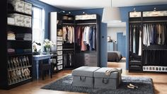Ein zimmergroßer begehbarer Kleiderschrank mit PAX Kleiderschrankkorpussen schwarzbraun, KOMPLEMENT Schuhaufbewahrung beige, SKUBB Schuhkart...