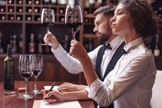 Si desaeas saber qué es un Sumiller, conocer su sueldo, funciones y salidas Laborales, infórmate aquí. #sumiller #sommelier #cata #vinos