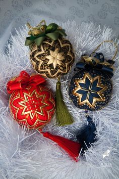 Christmas Home Decorating Cozy - Christmas Diy Quilted Christmas Ornaments, Quilted Fabric Ornaments, Christmas Sewing, Diy Christmas Ornaments, Christmas Balls, Christmas Projects, Holiday Crafts, Christmas Decorations For The Home, Christmas Tree Decorations