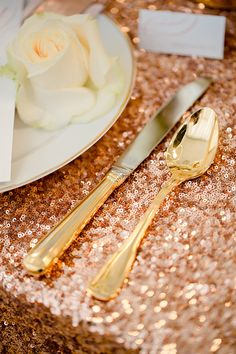 MUST HAVE THE ROSE GOLD TABLE CLOTHS WITH WHITE AND GOLD PLATES AND GOLD SILVERWARE