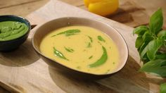 Gele paprikasoep met basilicumolie | Dagelijkse kost