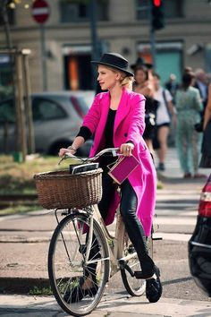 hello-fashion:fashion and streetstylehello Female Cyclist, Cycle Chic, Cycling Outfit, Women's Cycling, Cycling Girls, Cycling Jerseys, Bicycle Girl, Bike Style, Trending Outfits