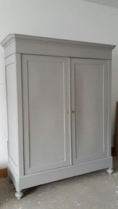 This Gray with white trim and white inside ❤ Paint Furniture, Furniture Making, Painted Wardrobe, Antique Armoire, Vintage Decor, Vintage Furniture, Wardrobe Cabinets, Primitive Furniture, Painting Cabinets