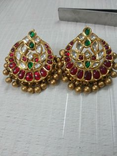 Kundan Tops and Jhumkas Traditional Indian Jewellery, Indian Jewellery Design, Jewelry Design, Antique Earrings, Antique Jewelry, Ancient Jewelry, Emerald Jewelry, Gold Jewelry, Ear Jewelry