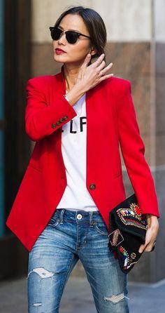 Sehr schöner knallig roter Blazer zur zerrissenen Jeans. Die Lippen, Sonnenbrille und Clutch passen optimal dazu.