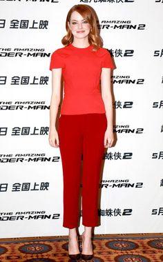 Alerte rouge ! de Fashion Police Emma Stone... peut-être que porter un T-shirt rouge et un pantalon rouge quand on a les cheveux roux n'est pas une si bonne idée que ça... Ou alors, vois les choses en grand. Cet ensemble T-shirt et pantacourt semble plus adapté à une virée shopping qu'à un événement très photographié.