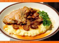 Recept Kto tvrdí, že mäso z králika je suché, tak ten nevyskúšal tento recept. Zloženie: 2 zadné stehná z králika (alebo aj chrbát) 1 veľká cibuľa 150 gramov údenej klobásky (ideálne v tenkom čreve) 0,5 litra vývaru (kľudne aj z bujónu) Medzi prsty soli (Ale ak je aj klobáska dobre slaná, tak ani netreba, bujón … Sausage Recipes, Ham, Rabbit, Pork, Beef, Chicken, Cooking, Bunny, Kale Stir Fry