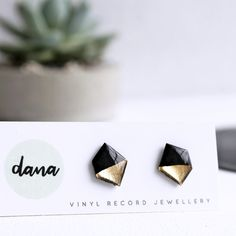 Black and gold nugget upcycled stud earrings / vinyl record jewelry Touch Of Gold, Vinyl Records, Jewelry Collection, Studs, Metallic, Place Card Holders, Stud Earrings, Concept, Jewellery