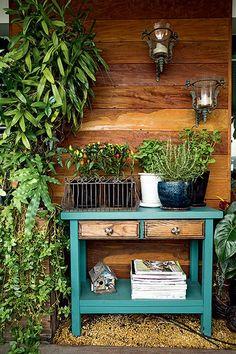 Colocar uma cômoda na varanda? O projeto prova que fica diferente, bonito e gracioso com os objetos e plantas certas