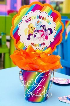Rainbows at a My Little Pony Party How cute is this? Give a like if you kids like My Little Pony. My Little Pony Party, Fiesta Little Pony, Cumple My Little Pony, Rainbow Dash Party, Rainbow Parties, 5th Birthday Party Ideas, 4th Birthday, Birthday Table, Little Poney