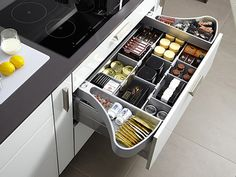Когда требуется дизайн кухни, то важно абсолютно все. Правильная планировка сэкономит силы и время во время приготовления пищи.