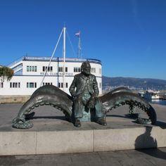Monumento a Julio Verne en el náutico de Vigo - Pontevedra . Homenaje al escritor por haber mencionado a la ciudad en su libro 20.000 leguas de viaje submarino