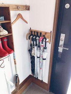 100円グッズを使った 簡単な傘収納のアイデアです☆ 本当は梅雨の間にご紹介…と 思っていたんですが、 ちょっと体調不良で もたもたしているうちに夏本番 出番が減った今の時期にも 使えるアイデアなので 多めに見てやってください(。-∀-) Diy Interior, Interior Design, Funny Furniture, Home Organization, Wardrobe Rack, Room Inspiration, Diy Design, Diy Home Decor, Diy And Crafts