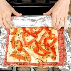 Læg kødfars fladt ud på en plade med ost ovenpå - et blik på slutresultatet Meat Recipes, Cooking Recipes, Pizza Snacks, Norwegian Food, Scandinavian Food, Good Food, Yummy Food, Danish Food, Recipe For Mom