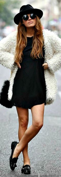 Retro style - All black look with white fluffy coat and sunglasses. Street Style Chic, Looks Street Style, Looks Style, Style Me, City Style, City Chic, Outfits With Hats, Casual Outfits, Mode Ootd