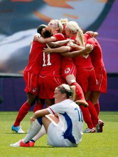 Com um gol da meia Diana Matheson, o Canadá venceu a França por 1 a 0 e conquistou a medalha de bronze do torneio de futebol feminino da Olimpíada de Londres  Foto: Getty Images