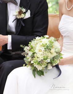 White green wedding bouquet. 一重咲きの可憐なバラ「ウェディングドレス」、庭摘み「グリーンアイス」、エチュベリア、ホワイトスター、アストランティアほか。 小花いっぱいのブーケ。