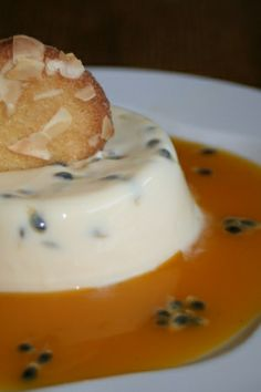 Panna cotta légère aux fruits de la passion Creme Tiramisu, Panna Cotta, Dessert Recipes, Pudding, Darjeeling, Ethnic Recipes, Sweet, Passion, Food