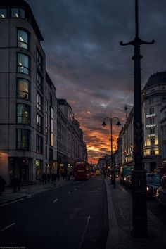 Street in London at Night. Night Aesthetic, Nature Aesthetic, City Aesthetic, Travel Aesthetic, Aesthetic Photo, Aesthetic Pictures, London Night, City Vibe, City Wallpaper