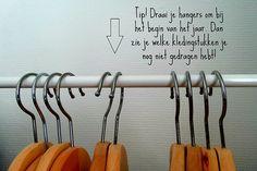 Je kleerkast opruimen kan een heus karwei zijn. Met deze tips zet je snel en simpel de stap naar een minimalistische garderobe.