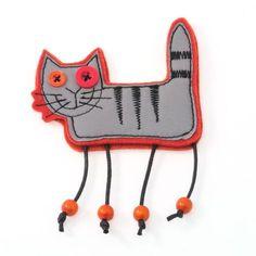 Käsintehty heijastava Kissa-koru, jossa hakaneulakiinnitys. Heijastinkangas M3-laatua eli erittäin hyvin heijastavaa. Pohjahuopa on 100% villaa. Värivaihtoehdot oranssi, pinkki, punainen, keltainen, sininen, vihreä ja harmaa. Jos tuotetta ei ole varastossa