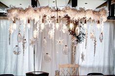 décorations de Noël originales: guirlande en plumes blanches et boules en verre