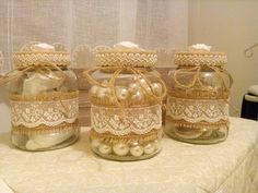 Barattoli juta e pizzo Wine Bottle Crafts, Mason Jar Crafts, Bottle Art, Mason Jars, Bottles And Jars, Glass Jars, Candle Jars, Decoration Table, Vases Decor