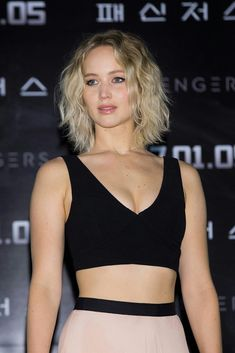 30 Short Bob Hairstyles Ideas in Dark Bob with Copper and Golden Blonde Highlights Balayage hair color really pops when you opt for warm-toned copper and gold highlights. Curly Bob Hairstyles, Undercut Hairstyles, Curly Hair Styles, Bob Haircuts, Cut Her Hair, Hair Cuts, Jennifer Lawrence Joy, Golden Blonde Highlights, Gold Highlights