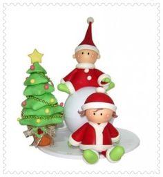 Adorável enfeite de natal. Crianças e árvore de biscuit.