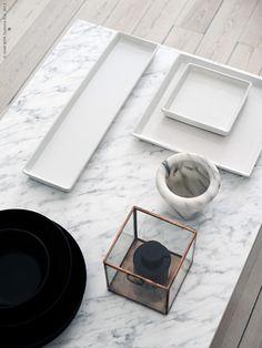 Soffbordet KLUBBO med stålunderrede är som gjort för ett snabbt DIY. En enkel rektangulär form gör det lätt att klä med kontaktfilm dessutom. Vi har valt ett klassiskt marmormotiv i vitt och grått.