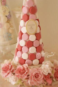 030//マカロンカラー:オペラピンク×薄いピンク×ホワイト、40cmマカロンタワー、ガーランド:ピンク系フリルローズ、ホワイトローズ、ネームプレートは通常の♡型ではなく、花嫁さまのリクエストによりラデュレ風楕円プレートです