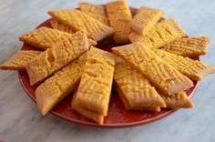 Crunchy saffron sections- Knäckiga saffranssnittar Many cookies are suitable for Christmas and golden saffron cuts really do. These get so wonderfully tough and crunchy so it& impossible to just take one. Ingredients: 100 g room-warm butter 1 dl … - Christmas Dishes, Christmas Sweets, Christmas Baking, Candy Recipes, Baking Recipes, Swedish Recipes, Bagan, Biscuits, Food Inspiration