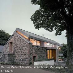 Wie eine Symbiose zwischen Cottage und modernem Glashaus wirkt dieses Gebäude. Mit seiner Natursteinwand fügt es sich…
