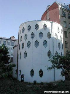 CONTRUCTIVISMO. Konstantin Melnikov diseño su propia casa que consiste en dos torres cilíndricas de color blanco con una serie de ventanas hexagonales distribuidas simétricamente a lo largo de toda su fachada. La construcción se realizó con madera y ladrillo.