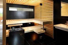 Jasne drewno sauny zestawione zostało z czarnymi płytkami ścian i podłogi we wnętrzu domowej sauny - zobacz jak zaprojektować, jak urządzić domową saunę. Sauna w domu na blogu u Pani Dyrektor - zapraszam!